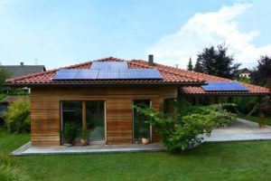 Bungalow mit Photovoltaik am Ziegeldach
