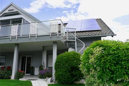 Haus von der Südseite mit Photovoltaik am Schrägdach