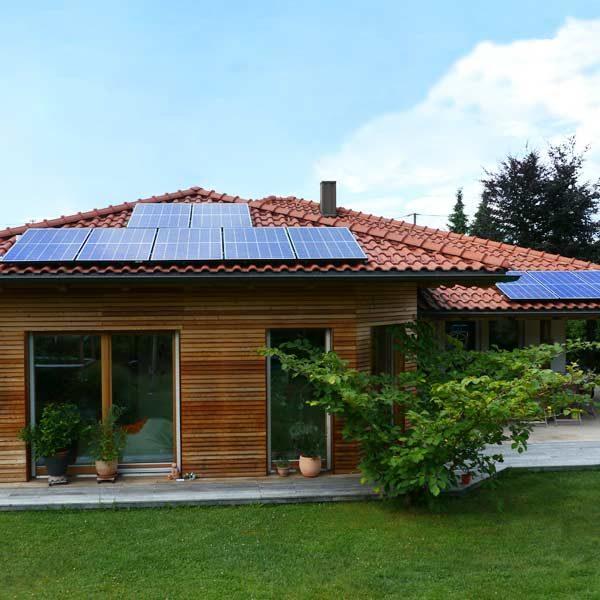 Bungalow mit Holzfassade und Solar am Dach