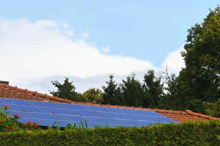 Photovoltaik auf rotem Ziegeldach