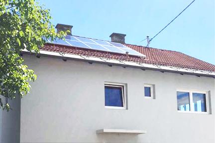 Ausschnitt Einfamilienhaus mit Ziegeldach und Photovoltaik